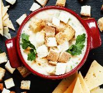 Rozgrzewająca zupa serowa z pietruszką, grzankami i boczkiem: przepis