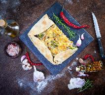 Tarta z żółtym serem, brokułami i cebulą: szybki przepis