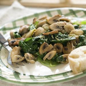 Odchudzająca sałatka z pieczarkami i szpinakiem: przepis