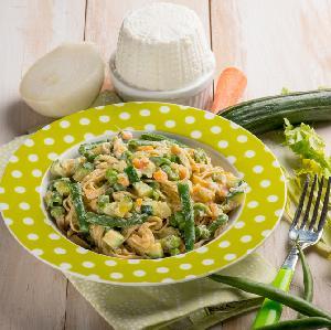 Makaronowe wstążki z cukinią, fasolką, marchewką i serem ricotta