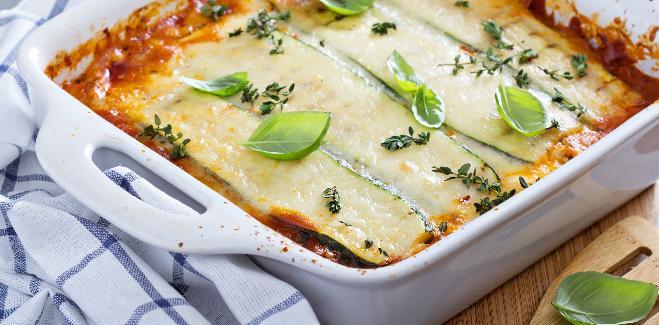 Zapiekanka z cukinii, ziemniaków i pomidorów: przepis na pyszny obiad wege