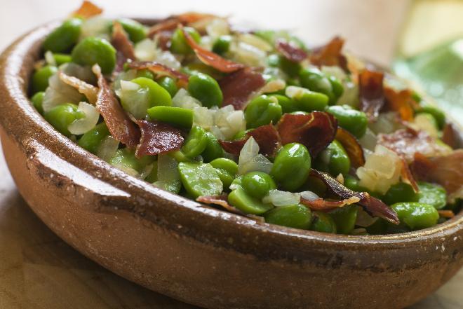 Sałatka z bobem, ziemniakami i chrupiącym boczkiem [przepis na bób]