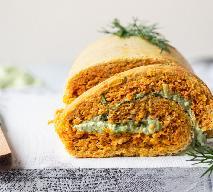 Rolada marchewkowa z ziołowym twarożkiem: przepis na zdrową przekąskę