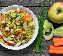 Kolorowa surówka z marchewki, jabłka i pora: soczysta i pikantna