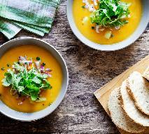 Jedwabista zupa dyniowa z rukolą i czerwoną cebulą