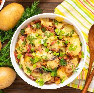 Talarki ziemniaczane zapiekane z boczkiem i tartym serem