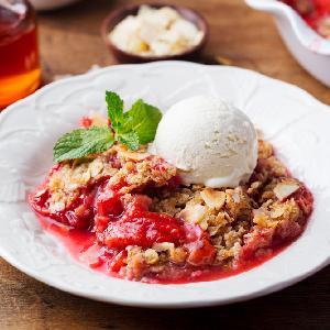 Ciasto z rabarbarem i owsianą kruszonką: łatwy przepis na szybki placek