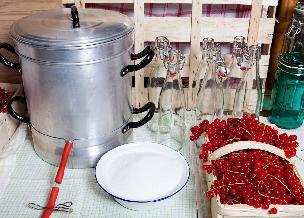 Sokownik, czyli garnek do robienia soków. Jak działa sokownik parowy i jak go wykorzystać w kuchni?