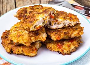 Kotlety z resztek - gotowanych ziemniaków i kurczaka z rosołu - oszczędne danie obiadowe [WIDEO]