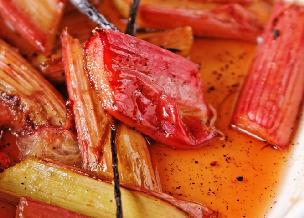 Rabarbar pieczony w winie z orientalną nutą - przepis na deser