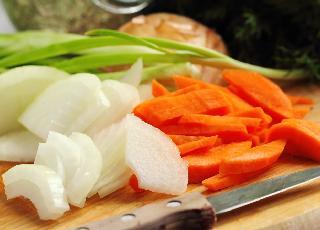 Aromatyczna marchewka duszona z curry i cebulą - ożywi ciało i duszę