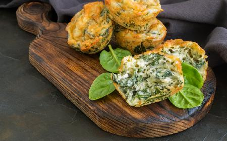 Wytrawne muffinki ze szpinakiem i serem feta: łatwy przepis