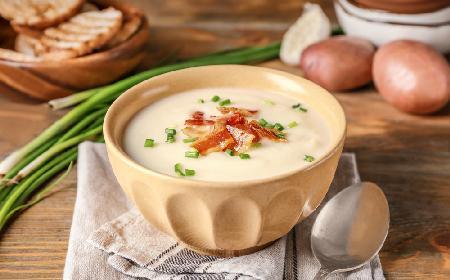 Zupa ziemniaczana z chrzanem i boczkiem: oszczędny przepis na sycącą kartoflankę
