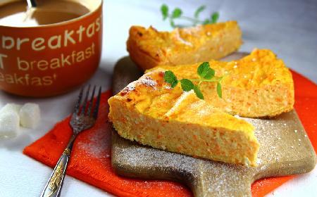 Pyszna zapiekanka z tartej marchwi i twarogu: marchewkowy sernik keto bez mąki