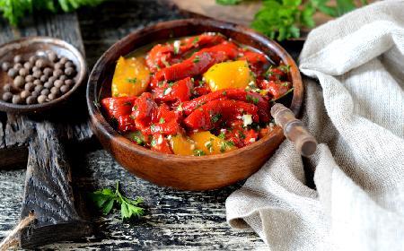 Sałatka z grillowanej papryki z natką pietruszki - pyszny dodatek do obiadu