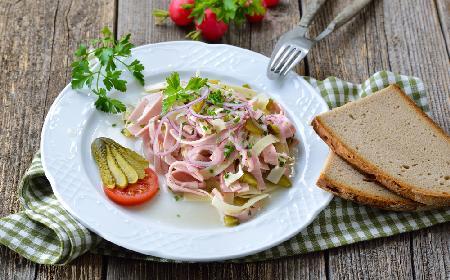 Szwajcarska sałatka kiełbasiana z żółtym serem i korniszonami: obfity i pyszny posiłek