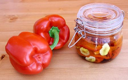 Papryka marynowana z marchewką i czosnkiem