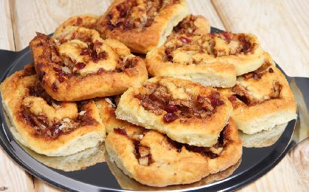 Ciastka drożdżowe z żurawiną: przepis [WIDEO]