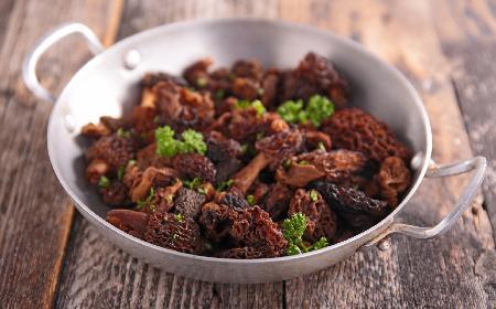 Omlet ze smardzami i szparagami - wykwintne wiosenne danie łatwe w przygotowaniu