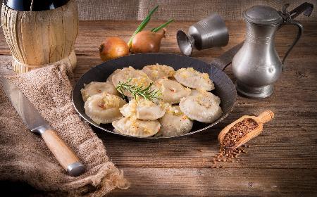Pierogi z kaszą gryczaną: przepis na oryginalną wersję tradycyjnego wigilijnego dania [WIDEO]
