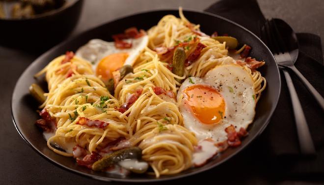 Makaron smażony z boczkiem lub szynką i jajkiem