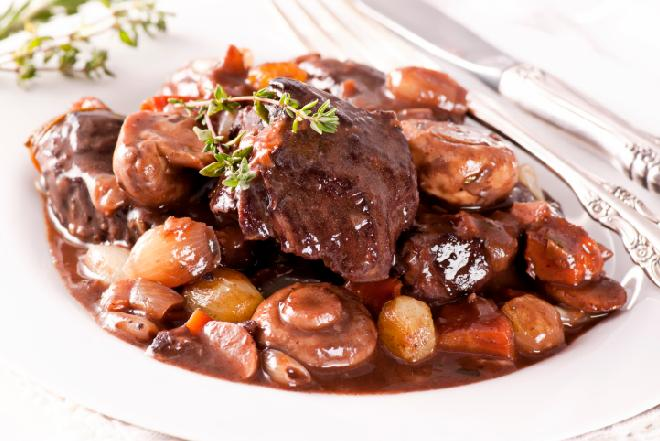 Wołowina po burgundzku: przepis na danie na gorąco wyśmienite spotkanie w karnawale
