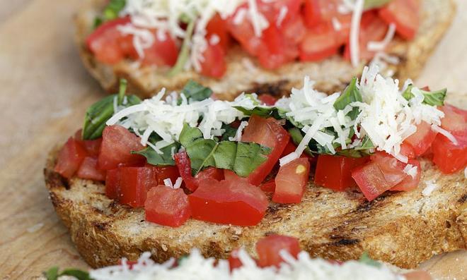 Bruschetta z kurczakiem i suszonymi pomidorami: przepis na włoską kanapkę
