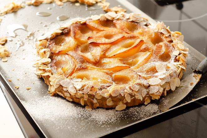 Przepyszna włoska tarta z ciasta francuskiego z gruszkami i ciasteczkami amaretto - zrobisz ją łatwiej niż myślisz!