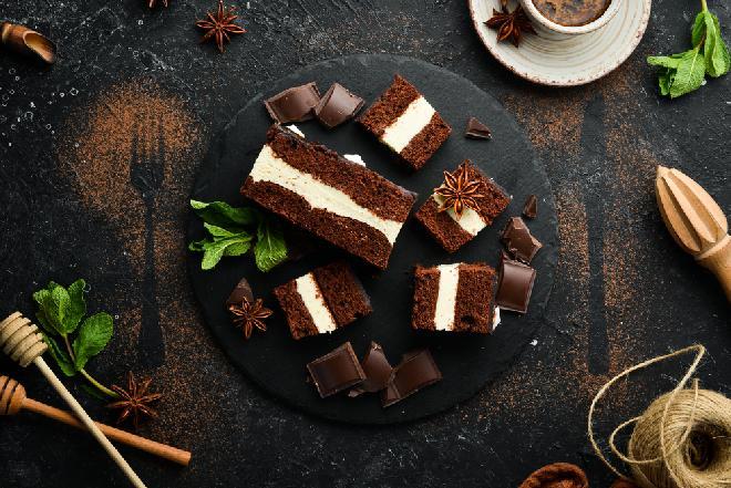 Obłędne ciasto czekoladowe z kremem waniliowym: łatwy przepis na wyśmienity deser