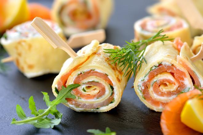 Przepisy na andrzejki: naleśnikowe roladki z wędzonym łososiem