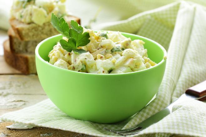 Słodko-kwaśna sałatka z jajkami i rodzynkami: oryginalny przepis [WIDEO]
