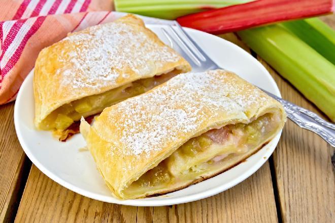 Rabarbar w cieście francuskim - prosty przepis na wiosenny deser