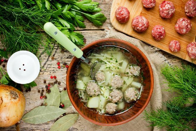 Zupa klopsowa z ziemniakami i makaronem